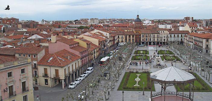 Vistas de la plaza de Miguel de Cervantes desde la Torre de Santa María, en Alcalá de Henares, Madrid.