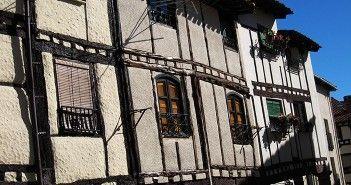Casas con la típica estructura castellana en Covarrubias, villa de Burgos famosa por la conservación de su patrimonio arquitectónico tradicional.