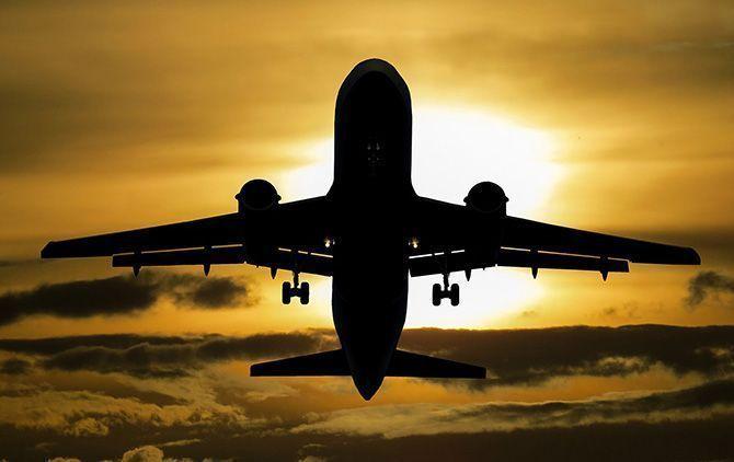 Contraluz de un avión en pleno vuelo. Foto de Pixabay.
