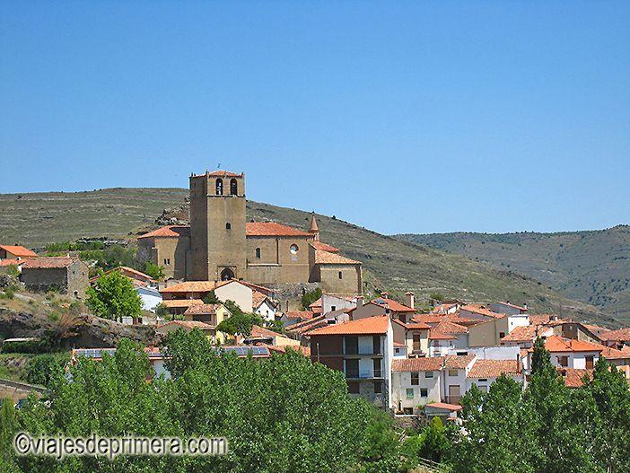 El pueblo de Enciso, en plena Ruta de los Dinosaurios, en La Rioja, visto desde el parque temático de El Barranco Perdido