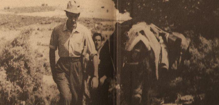 Fotografía de Camilo José Cela mientras realizaba su Viaje a la Alcarria por Guadalajara, España, en 1948