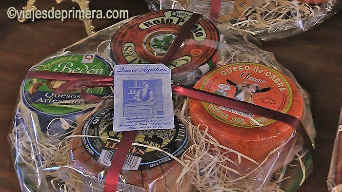 Lote de quesos de la tienda especializada Aquilino, en Cangas de Onís, Asturias.