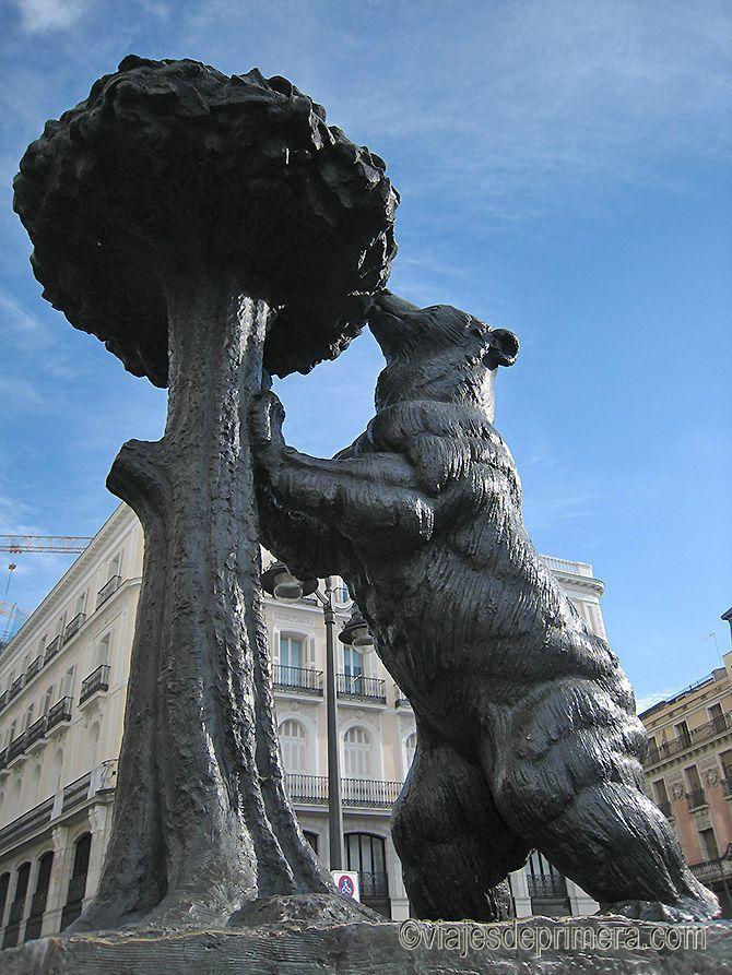 La escultura El oso y el madroño fue realizada en 1966 por el escultor Antonio Navarro Santafé, de Villena, Sevilla