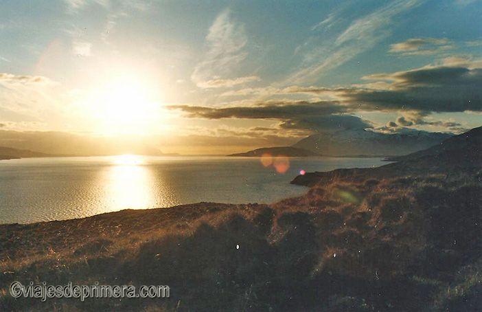 El sol de medianoche es un fenómeno que favorece los viajes en coche de alquiler por Islandia durante el solsticio de verano