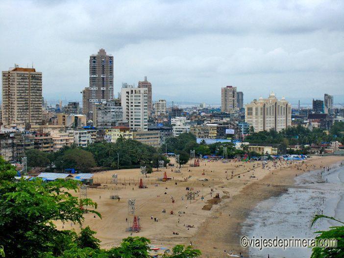La playa de Chowpatty de Mumbai es uno de sus polos sociales más animados, aunque no sea para bañarse.