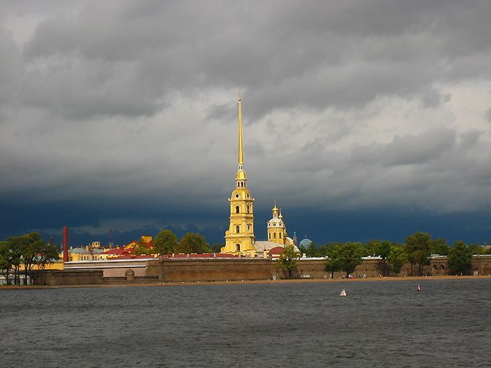 La Fortaleza de San Pedro y San Pablo es el principal lugar de interés en tu viaje a San Petersburgo porque aquí fue donde nació la ciudad construida por Pedro I