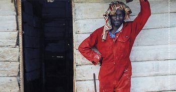 Los blancos estáis locos resume algunos aspectos cotidianos de Guinea Ecuatorial a través de las experiencias personales del diplomático Luis Melgar