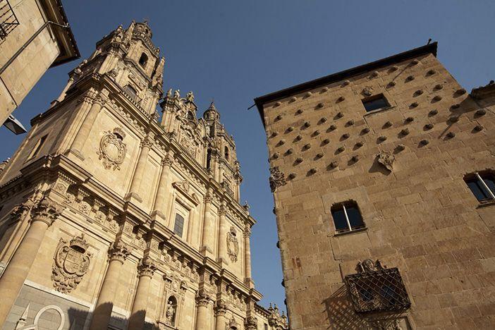 La Casa de las Conchas de Salamanca está junto al antiguo Colegio Real de la Compañía de Jesús, famoso por su iglesia o Clerecía