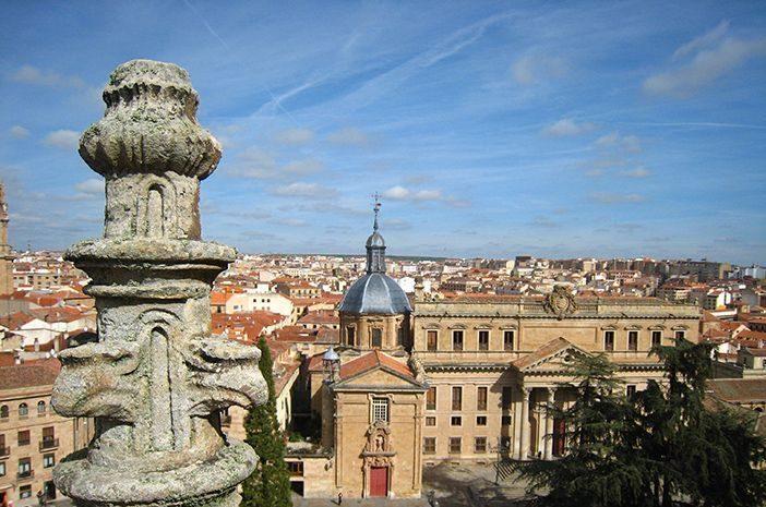 Cerca de la Casa de las Conchas de Salamanca se pueden tener las mejores vistas de la ciudades de las torres de la Catedral o desde las torres de la Clerecía