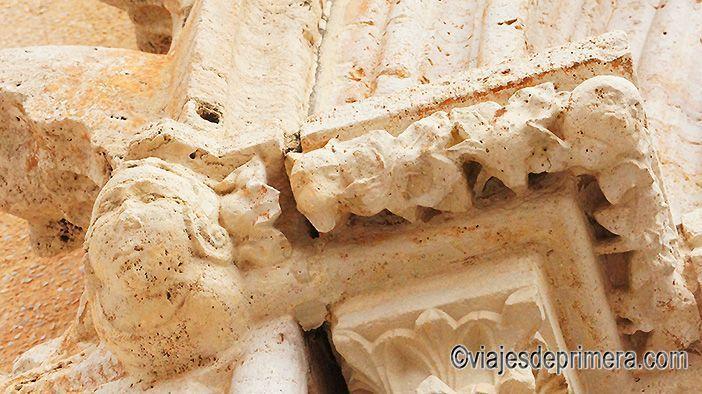 Detalle de los capiteles en la entrada de la Iglesia de la Sangre de Llíria