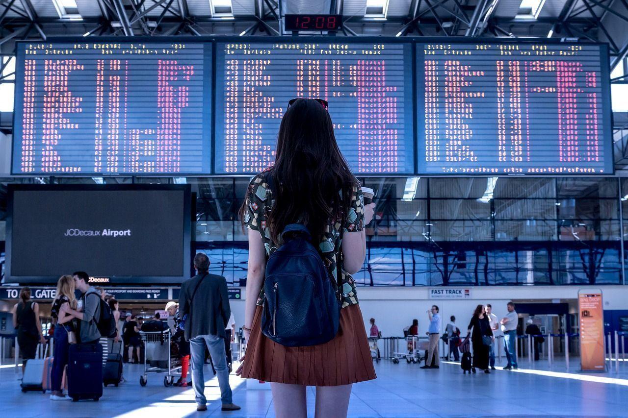 Los pasajeros aéreos usan las nuevas tecnologías pero aún conservan tradiciones como la de facturar en mostrador