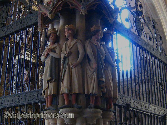 Catedral de Burgos: claustro alto, homenaje a reyes y obispos que construyeron la Catedral de Burgos