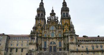 La Catedral de Santiago de Compostela tiene planta de iglesia de peregrinación porque se construyó para recibir a los miles de peregrinos que recorrían el Camino de Santiago durante la Edad Media.