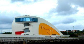 El Centro Niemeyer junto a la ría, se puede ver desde el casco antiguo de Avilés