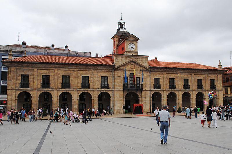El Ayuntamiento, en la Plaza de España, es uno de los lugares que ver en Avilés.