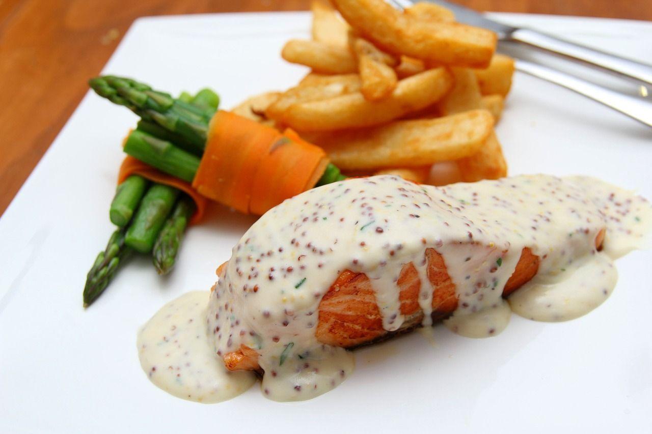 El salmón es uno de los mejores platos que comer en Helsinki