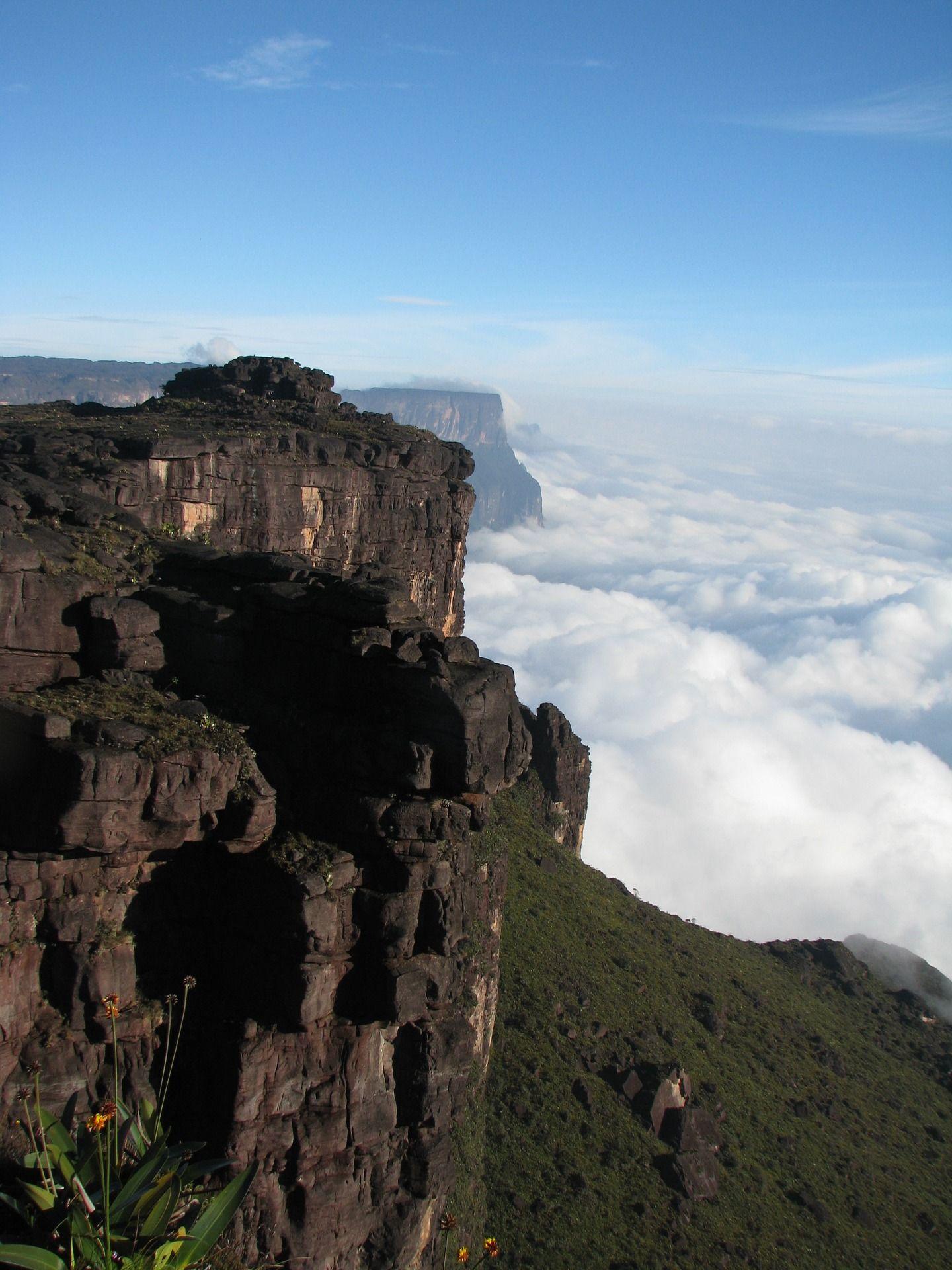 El Parque Nacional de Canaima, en Venezuela, se distingue por los tepuyes y por el Salto Ángel, el más alto del mundo.