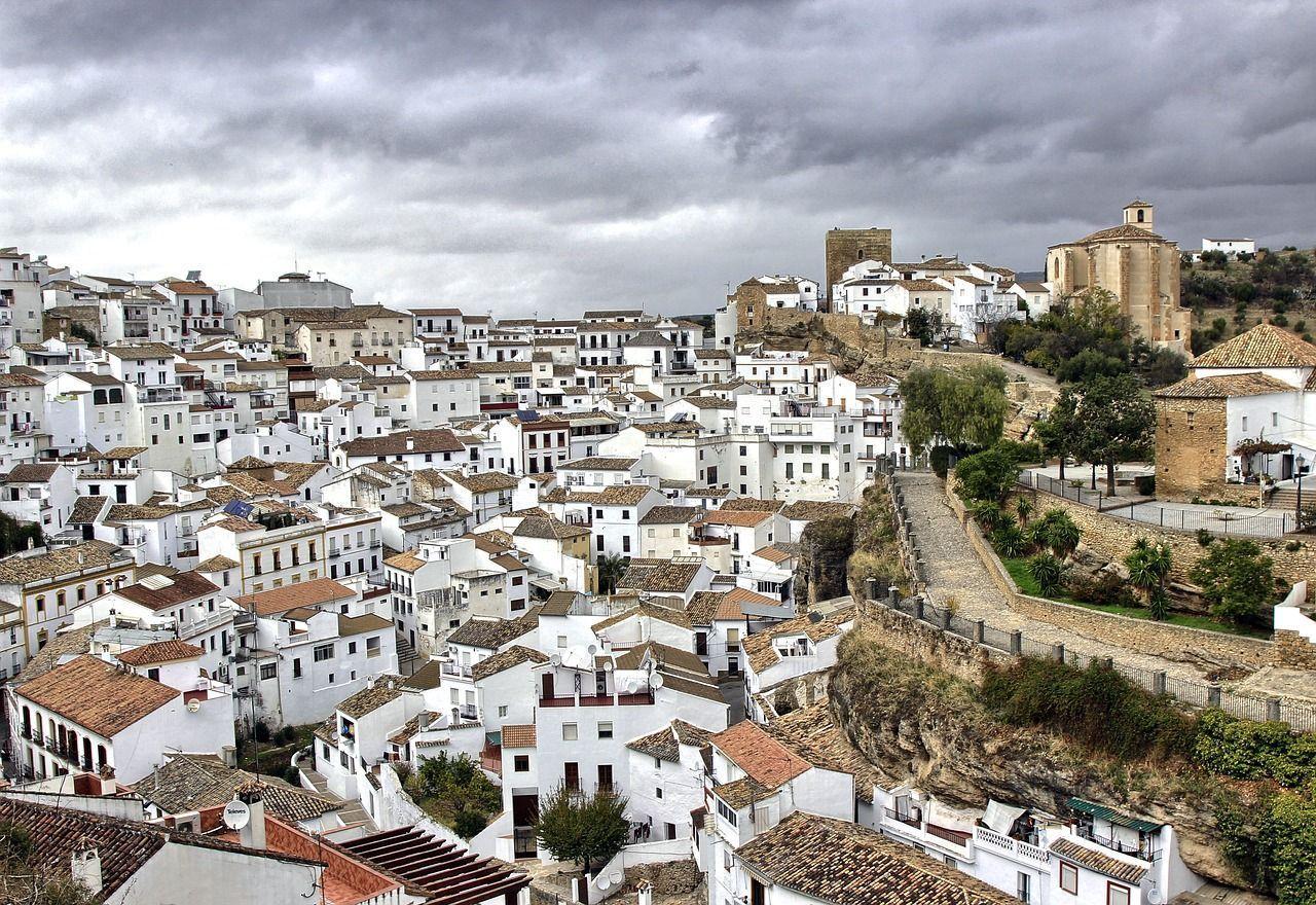 Setenil de las bodegas es uno de los 19 pueblos blancos de Cádiz