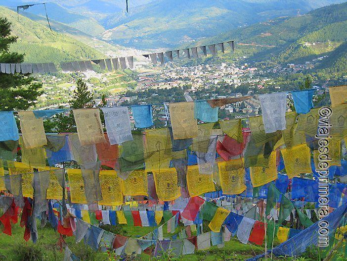 Banderas de oración en los alrededores de Timbu, capital de Bután