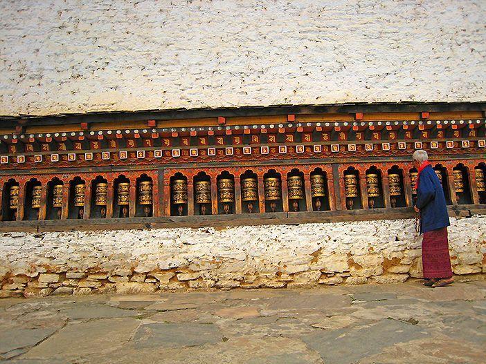 Mujer de Bután moviendo los rollos de oración de Lhakahng Changangkha