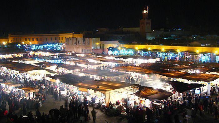 La Plaza de Jemma El Fna es uno de los lugares que ver en Marrakech si haces turismo en Marruecos