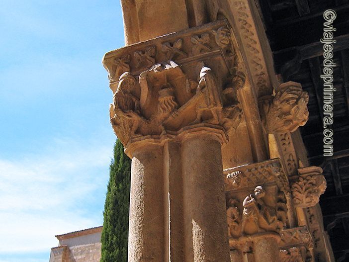 Muchos capiteles de Santa María la Real de Nieva representan oficios tradicionales o las etapas de construcción de una iglesia