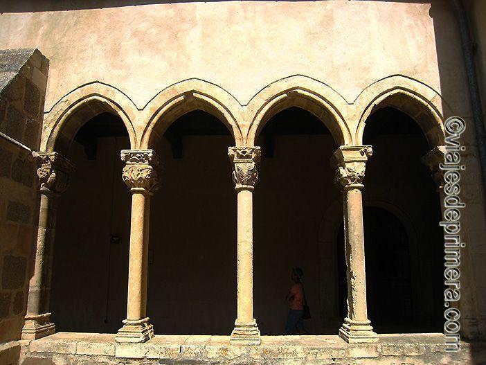 La entrada al claustro de Santa María la Real de Nieva suele ser libre
