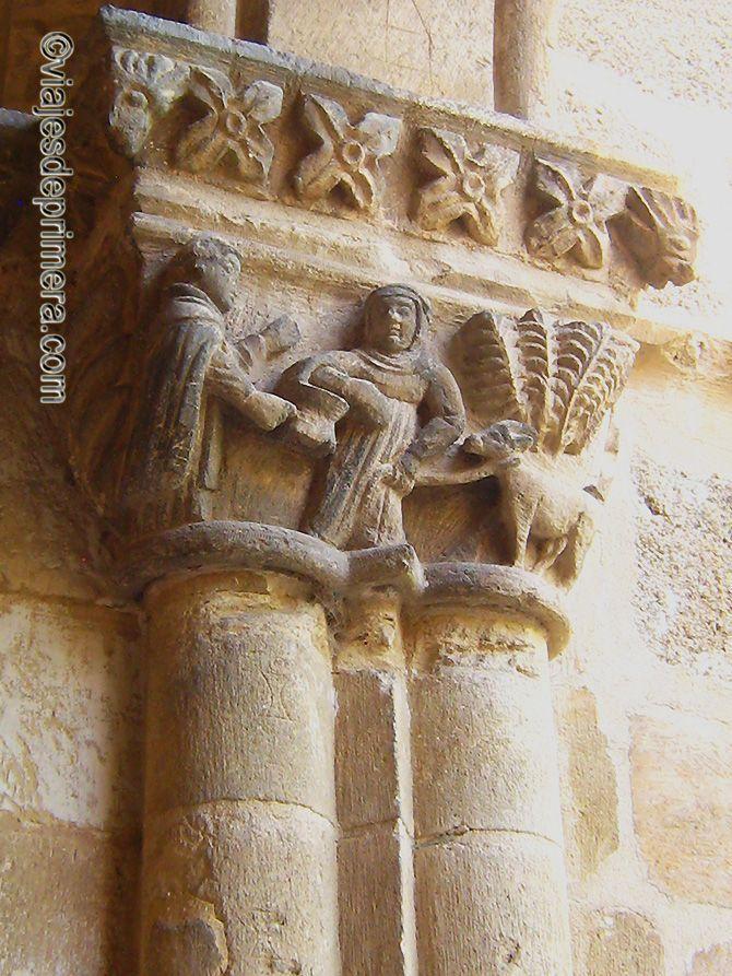 Los capitales del claustro de Santa María la Real de Nieva representan escenas de la vida cotidiana como ésta, con un monje y una campesina.