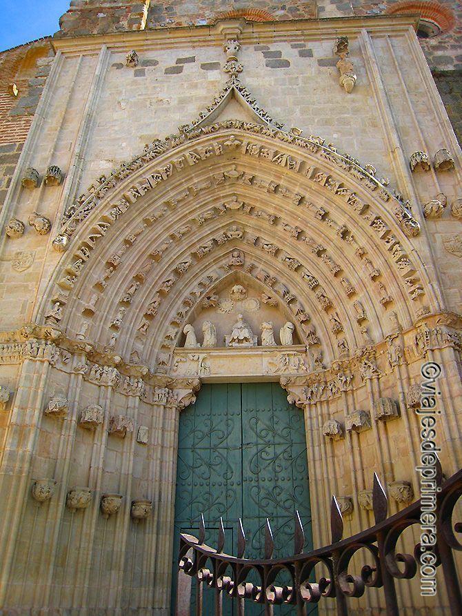 El pórtico de la iglesia de Santa María la Real de Nieva también es Monumento Nacional de España