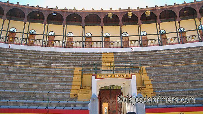 La plaza de toros de Almendralejo es uno de los lugares que visitar en Extremadura porque también es una bodega de vino