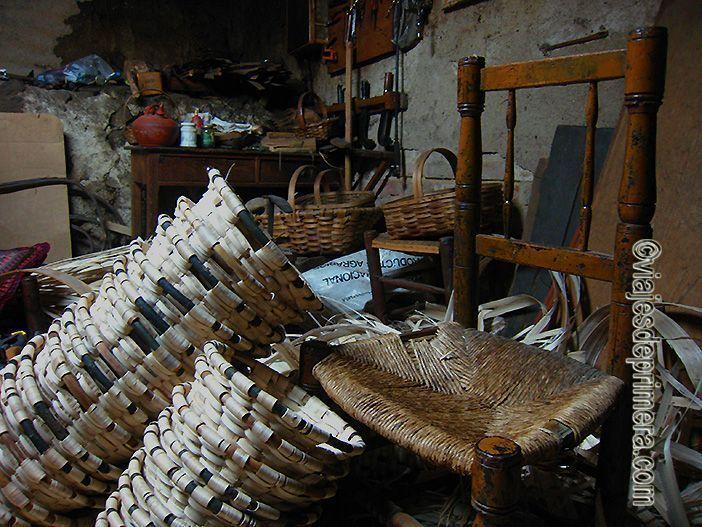 La cestería es un oficio tradicional de Hervás por los bosques del Valle de Ambroz.