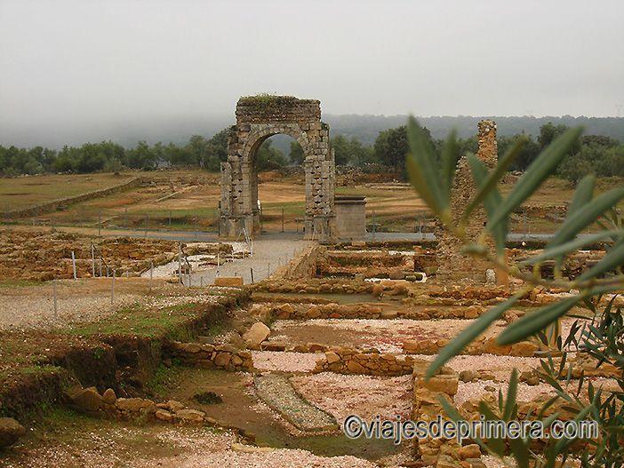 La ciudad romana de Cáparra es el símbolo de Extremadura por su Arco Tetrapilo.