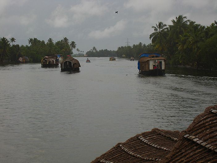Navegar en una tradicional barcaza de arroz es una de las cosas que hacer en Kerala