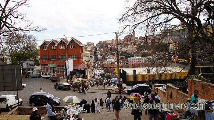 Al viajar a Antananarivo hay que tener unas pautas de seguridad personal, sobre todo el caminar por las calles abarrotadas.