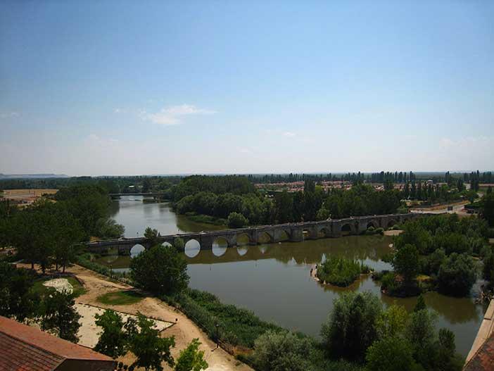 Qué-ver-en-Simancas-el-puente-medieval-sobre-el-Pisuerga