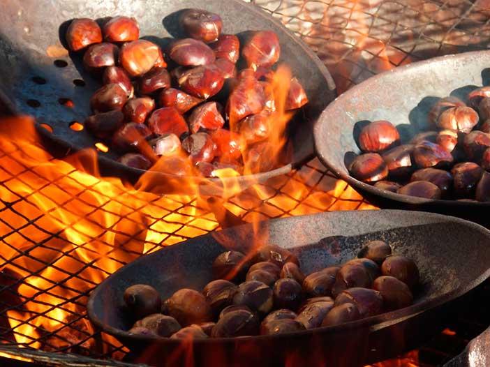 Tradiciones de Samaín en Galicia: asar castañas