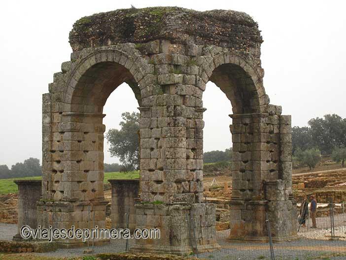 Entre los puentes romanos de España destaca el de Cáparra en Extremadura