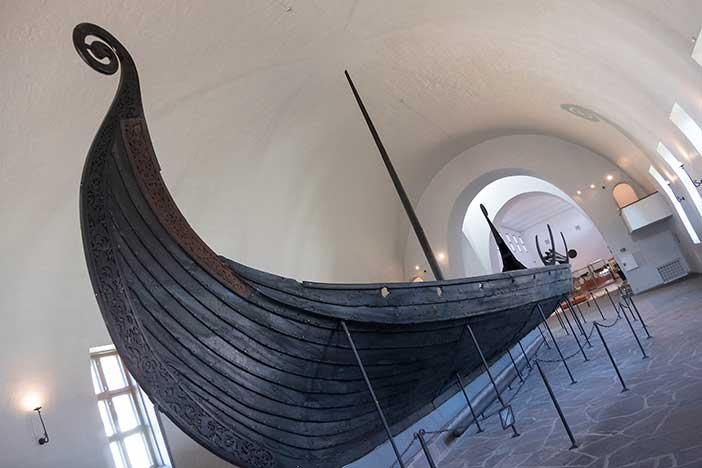 Barco-de-Oseberg-en-el-Museo--de-Barcos-Vikingos-de-Oslo,-Didrick_Stenersen